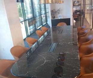Mesa de reuniones de mármol