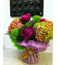 Flores en rosa y verde en jarrón de cristal