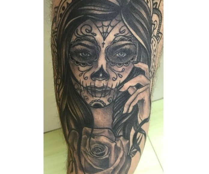 Blanco y negro: Servicios de Skulls Lady Tattoo And Gallery