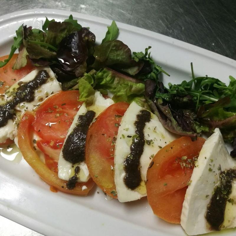 ensalada de tomate Queso fresco y olivada