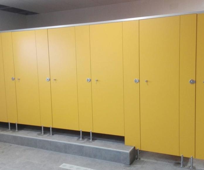 Cabinas y duchas en cuartel de Calatayud