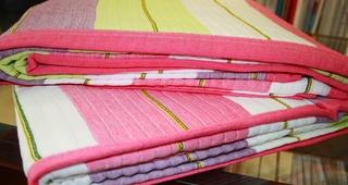 Colcha lineas rosa y verde cama 1.50 cm.