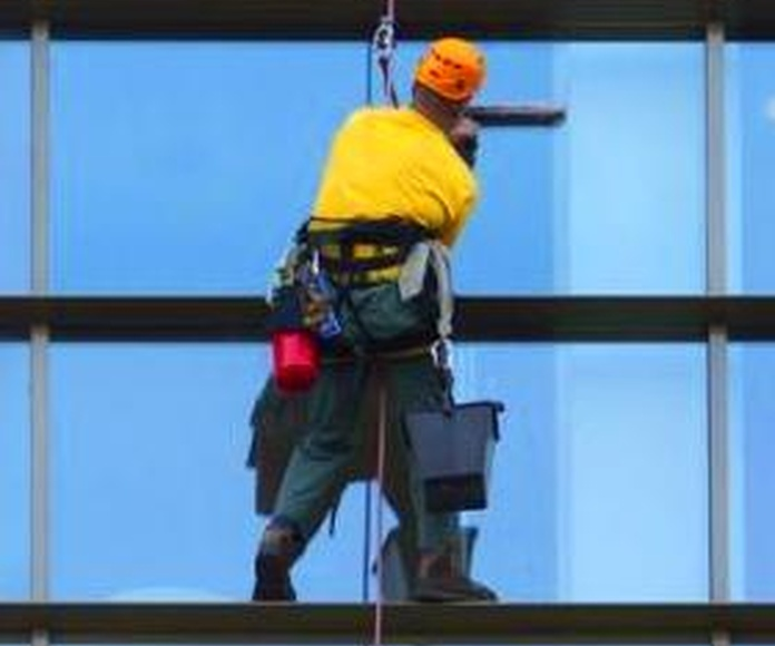 Limpieza de cristales: Servicios que realizamos de Limpiezas Pirineos. Tel 617 32 76 52