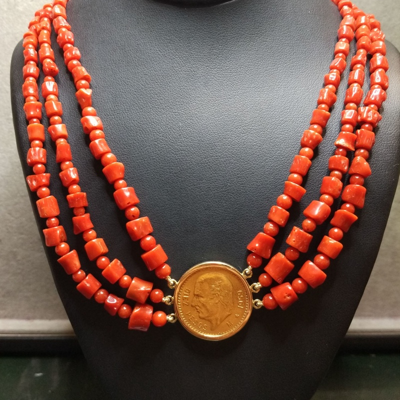 Collar con tres hilos de coral y moneda de oro de 22k. Moderno.Ref A-12226: Catálogo de Antigua Joyeros