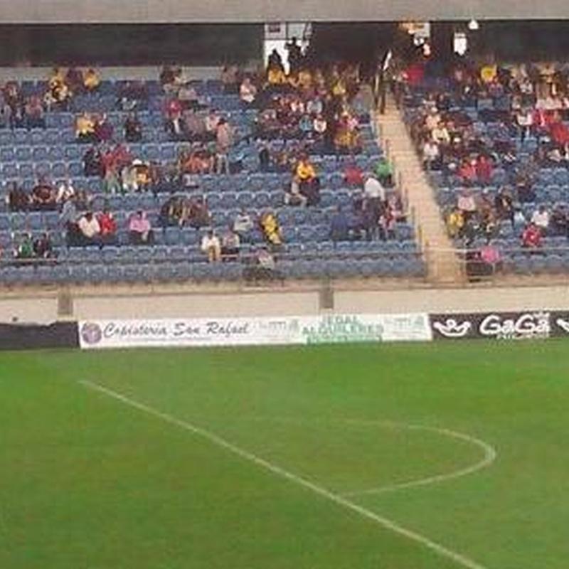 Pancarta de Jedal Alquileres en Estadio Ramón de Carranza.
