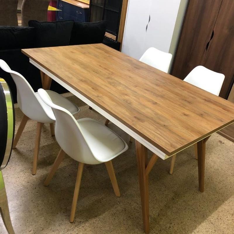 Mesa de madera y 4 sillas blancas: Productos de Remar Castellón