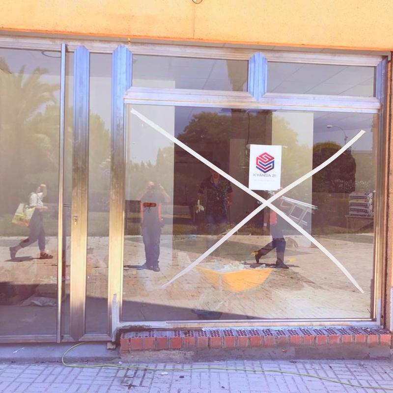 Instalación conjunto puerta  y escaparate