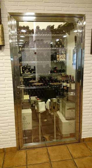 Puerta de bodega de acero inoxidable y vidrio