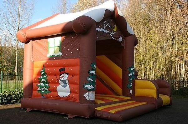 casita de navidad con tobogán