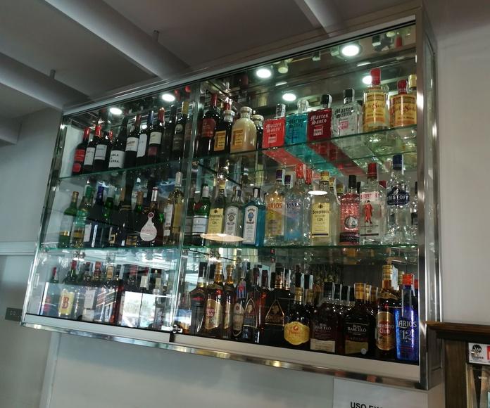 Vitrina de acero inoxidable y vidrio personalizada y a medida de exposición para bebidas de restaurante.