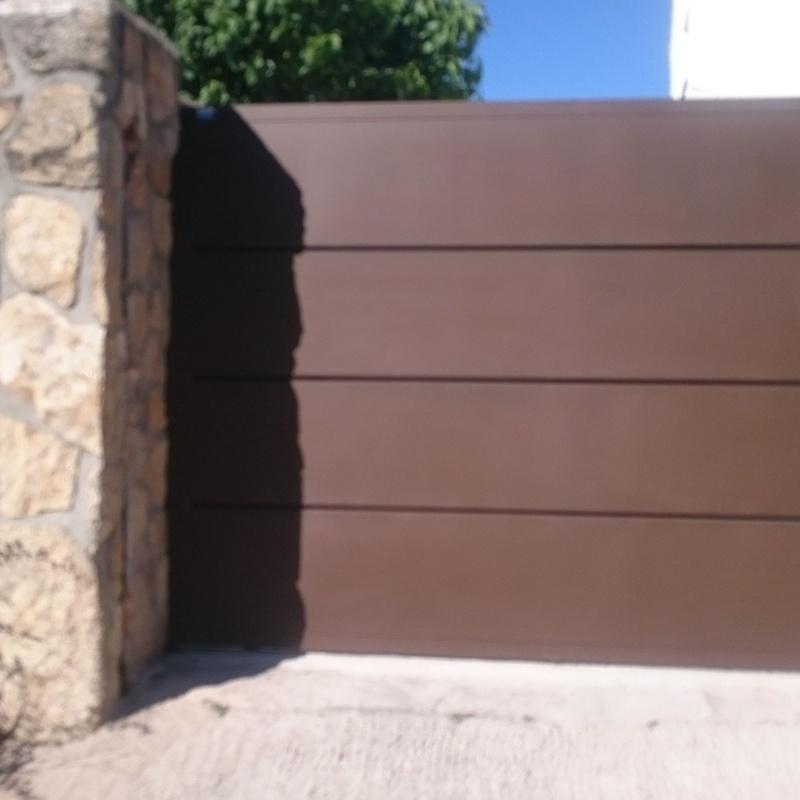 Puerta corredera de bandejas horizontales.