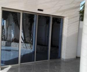 Puerta corredera automática de 2 hojas perfiladas y cristal en La Cañada Paterna
