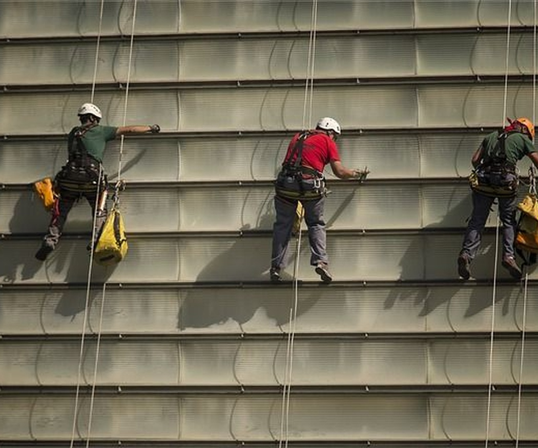 ¿Qué medidas de seguridad deben tomarse durante la rehabilitación de una fachada?