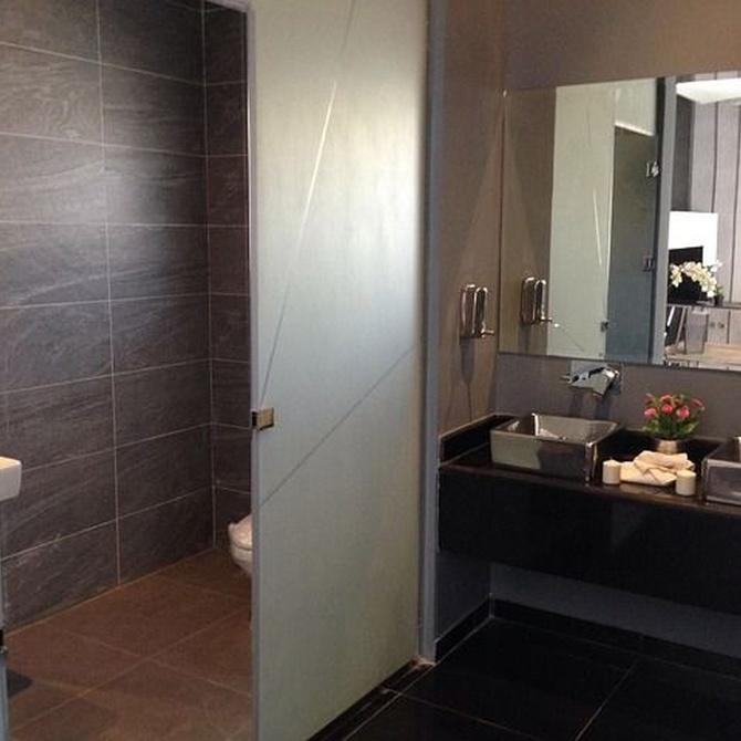 Aprende a ganar centímetros en baños pequeños