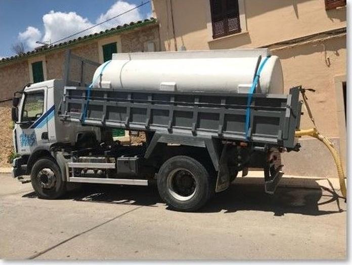 Camión con depósito de agua: Servicios de Transportes Miguel Socias e Hijos