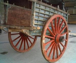 Carros antiguos de madera, trillos, ruedas...