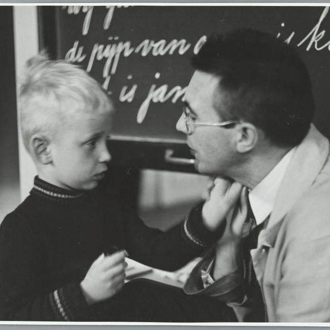 ¿Debo informar a los profesores de que mi hijo es hiperactivo?