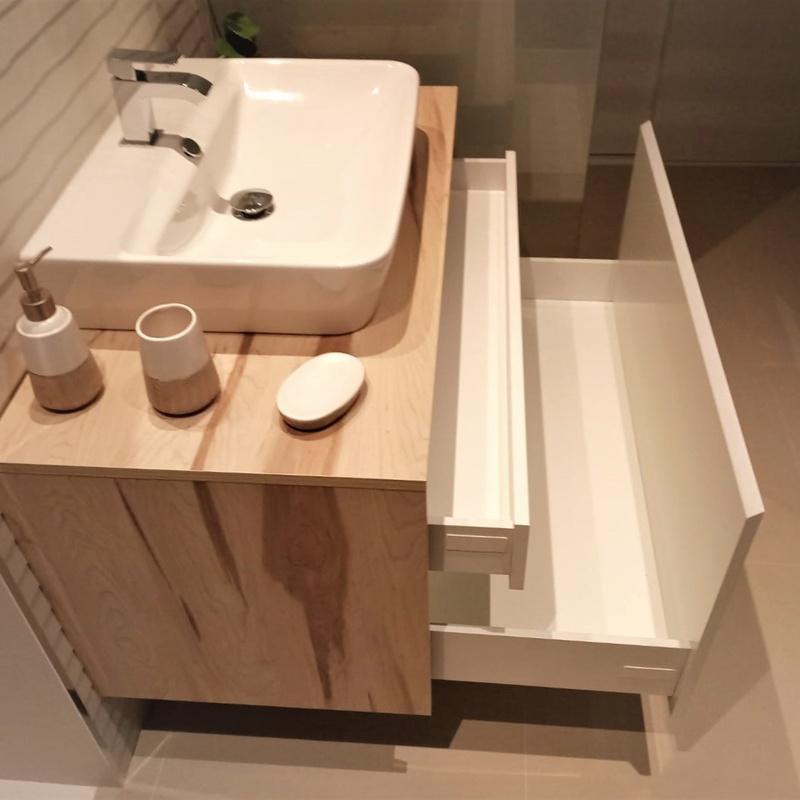 Mueble de baño en madera y blanco