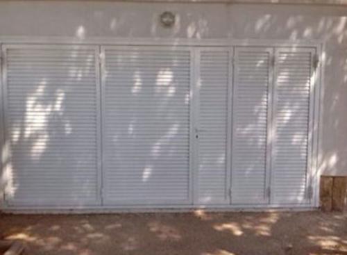 Puerta abatible mallorquina lacada