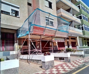 Última fase del montaje de marquesinas de protección en Avenida Príncipes de España. El Médano