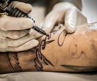 Tatuajes: ¿en negro o en color?