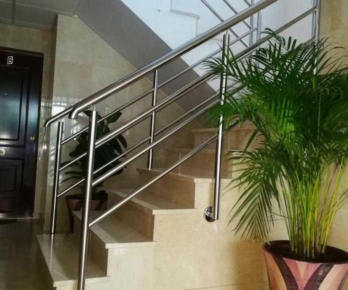 Barandilla de acero inoxidable diseñada y montada a medida para comunidad de vecinos.