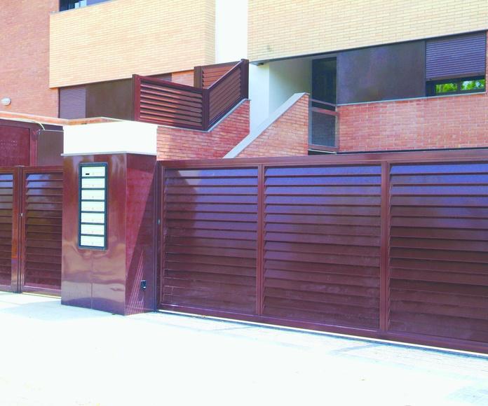 A106 Puerta y valla de aluminio comunitaria tipo mallorquina vierte aguas