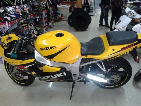SUZUKI GSXR600 K1 IZQUIERDA