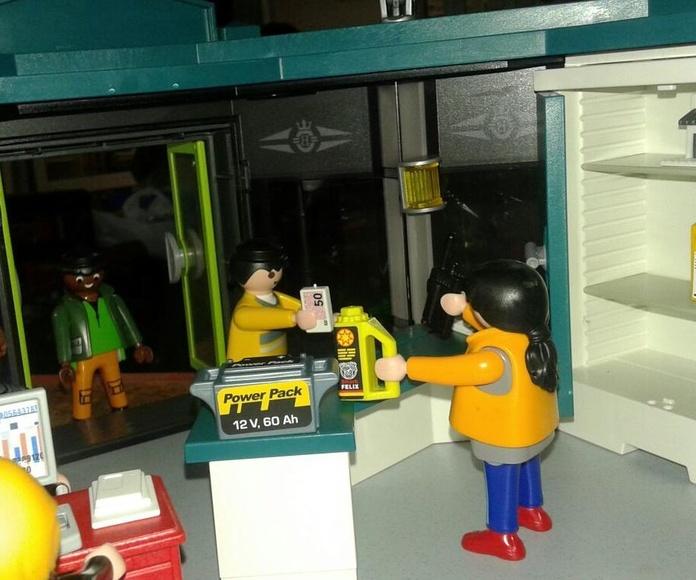 Playmobil haciendo venta de piezas usadas de coches en exposición de Chatarras Clemente