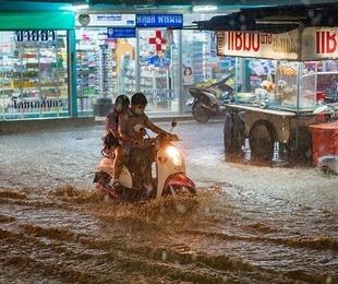 Evita el aquaplaning a bordo de tu moto