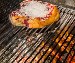 Asador de carne en Peralta