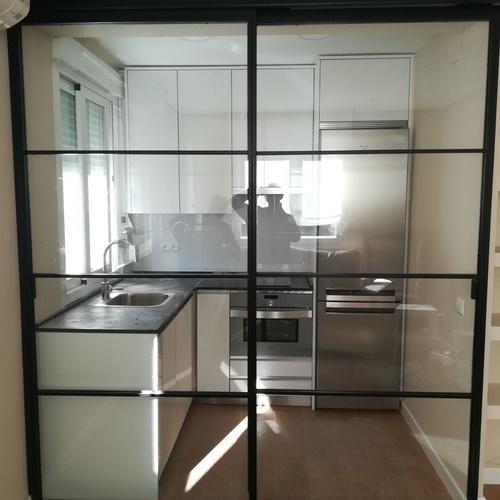 Puerta corredera de hierro y cristal lacada en negro