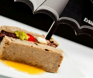 Bizcocho de morcilla relleno de morcilla con queso Idiazabal,guindilla y compota de manzana