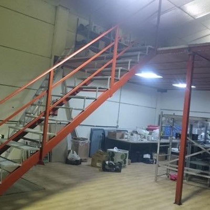 Escalera metálica con peldaños antideslizantes: Trabajos de Cerrajería Alberto Bautista