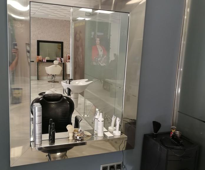 Marco de acero inoxidable para espejo con repisa incorporada para peluquería, vivienda particular o negocios.