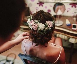 Recogido de novia con tocado de flores.