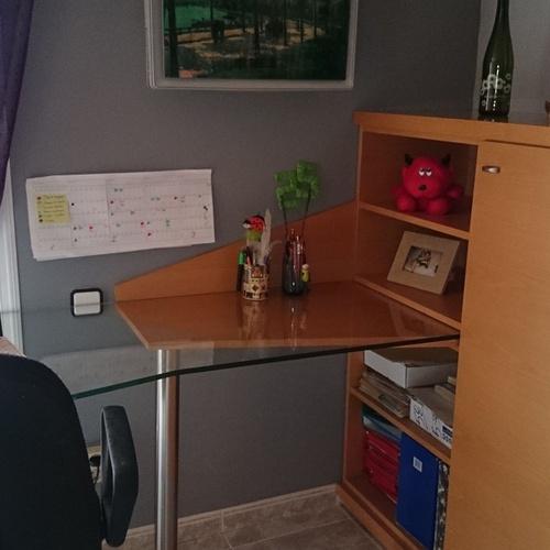 Mueble juvenil con mesa de cristal templado.