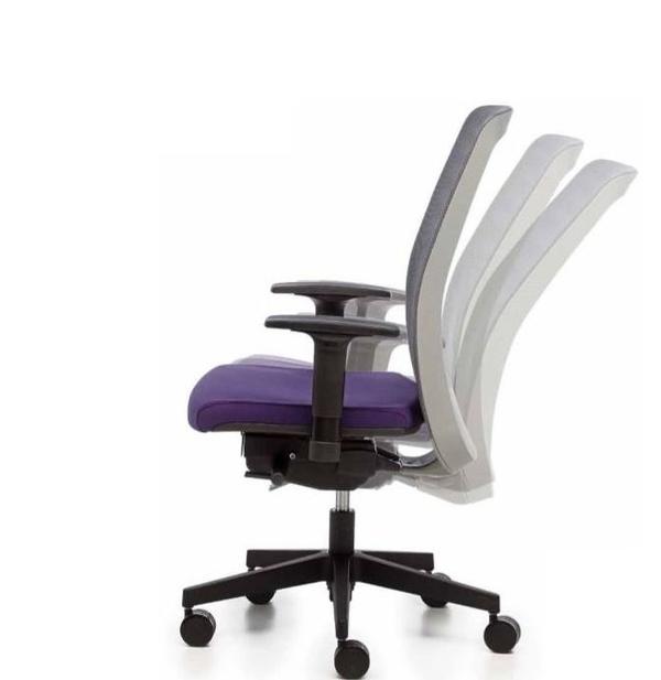 silla ergonómica con brazos regulables y respaldo de malla