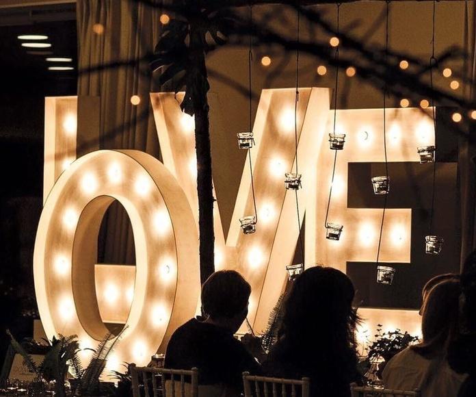 Composición LOVE con bombillas: Decoración de eventos de DeMadera Chic