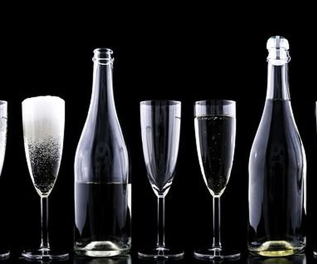 Cómo identificar las copas en una mesa