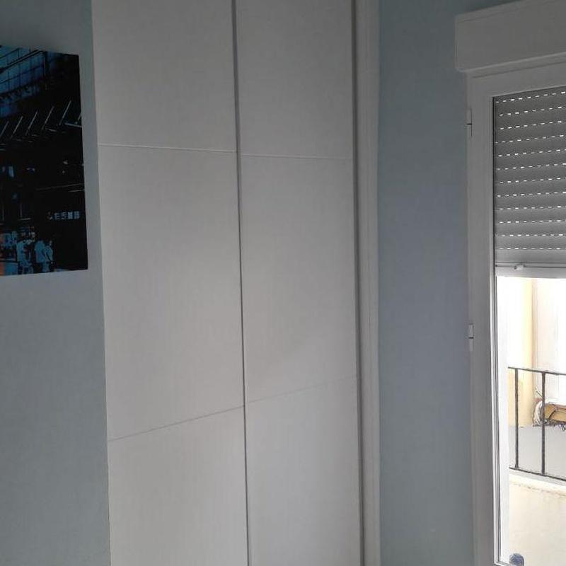 armario empotrado lacado blanco con rayas horizontales