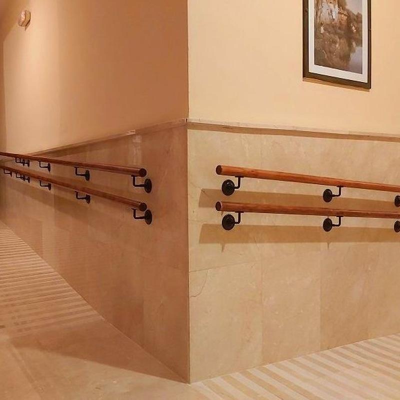 Fabricación y colocación de pasamanos a doble altura y soportes.