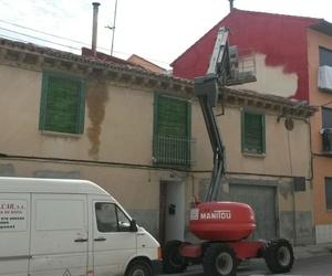 Proyección de espuma rígida de  poliuretano en fachada y pintado de la espuma.