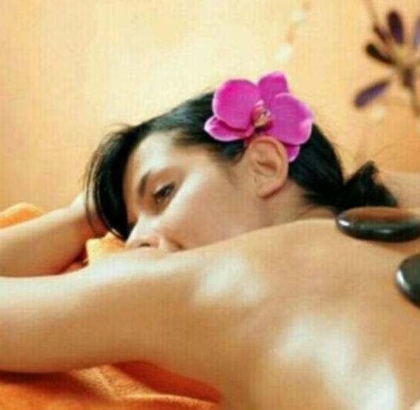 Masaje con piedras calientes: Tratamientos de Fisioterapia Paradise Center
