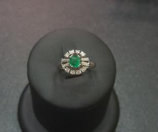 Anillo Oro blanco con diamantes y esmeraldas