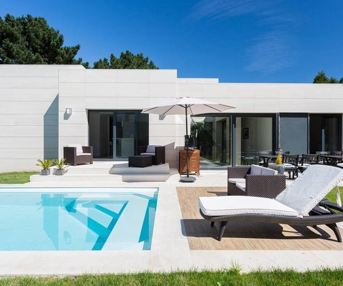 Solado zona piscina en Caliza Crema Moka (OLEIROS)