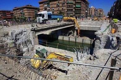 Condenan a la Agencia Obras Públicas a indemnizar a una anciana que se cayó en las obras del metro