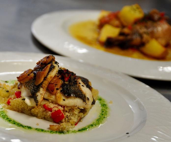 Pescado con verduras y setas sobre quinoa.