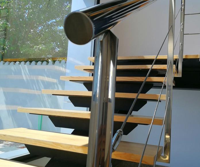 Barandilla de acero inoxidable con cables tensores y diseño personalizado para edificio particular.