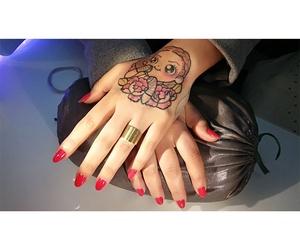Luce unas uñas bonitas